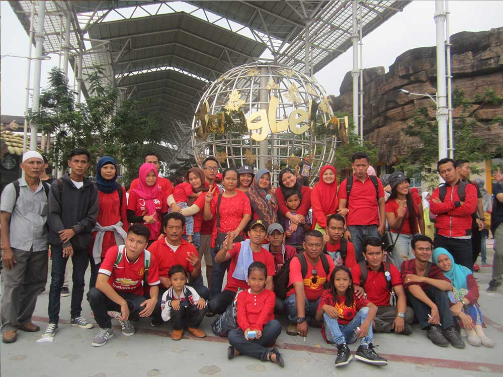 30 orang karyawan gathering di jungle land